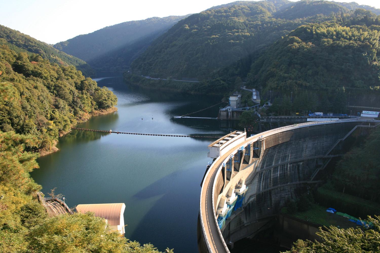 Wikimedia_ccfarmer_Amagase-dam-in-Japan