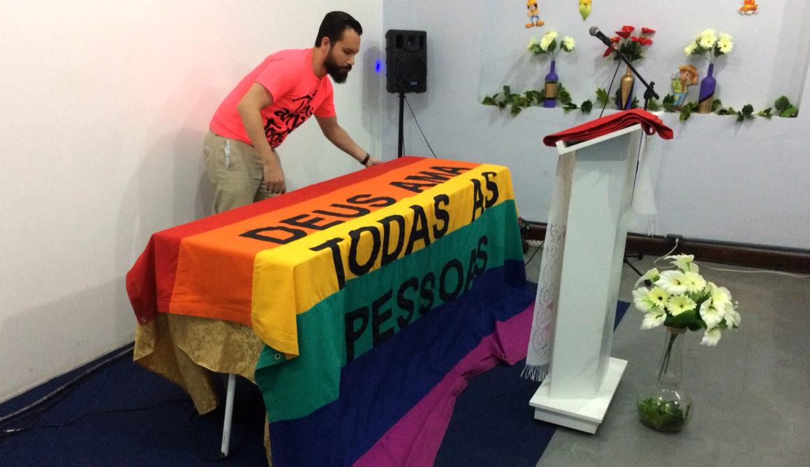 Leandro-maakt-altaar-klaar-0718