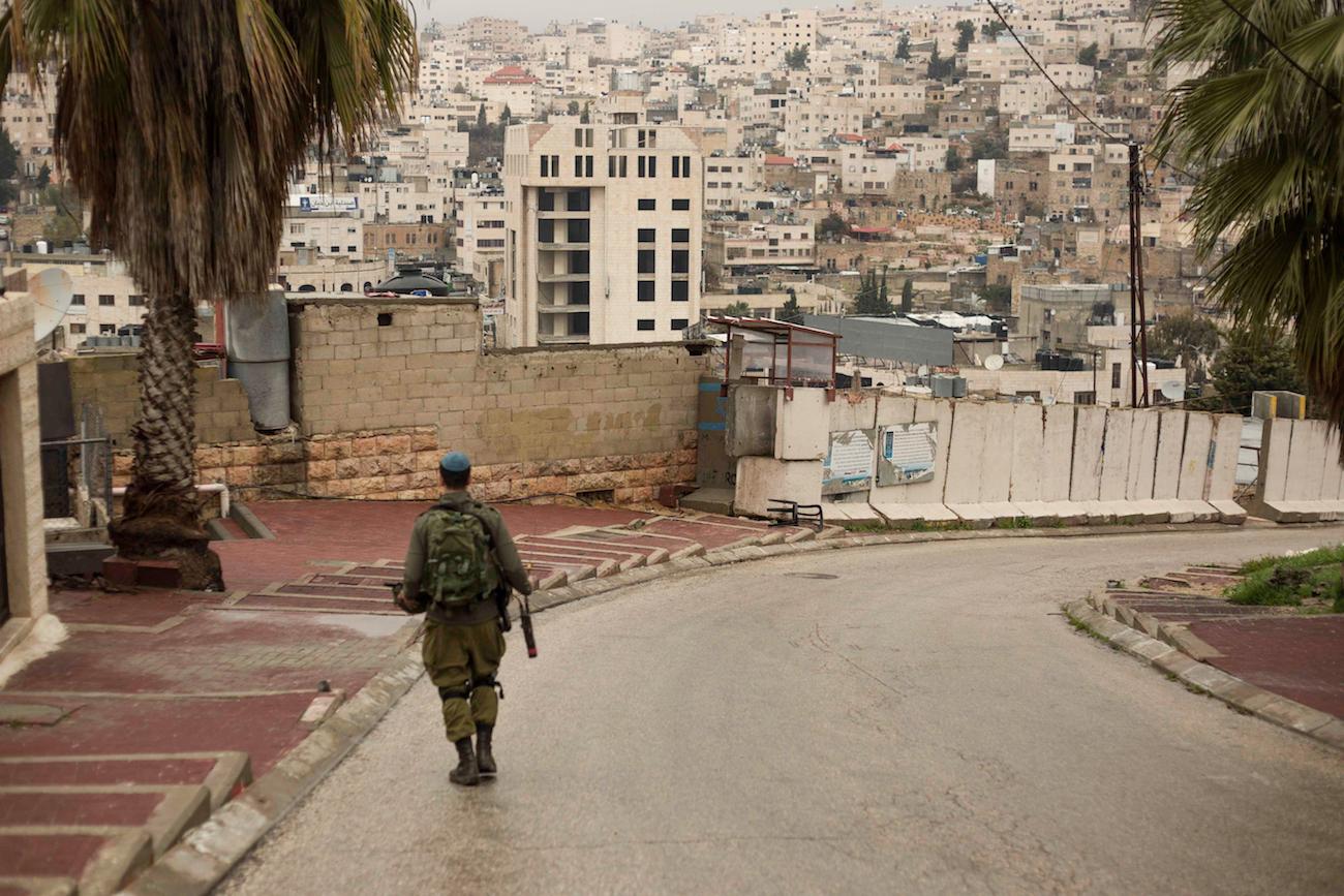 Palestina – Hebron – IDF Soldier Patroling Jewish Settlement Overlooking Arab Neighbourhoods of Al Khalil © Sam Asaert – 2018 — WWW.SAMASAERT.COM