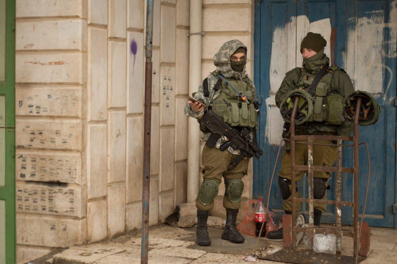 Palestina – Hebron – IDF Soldiers On Guard Duty in Al Khalil © Sam Asaert – 2018 — WWW.SAMASAERT.COM