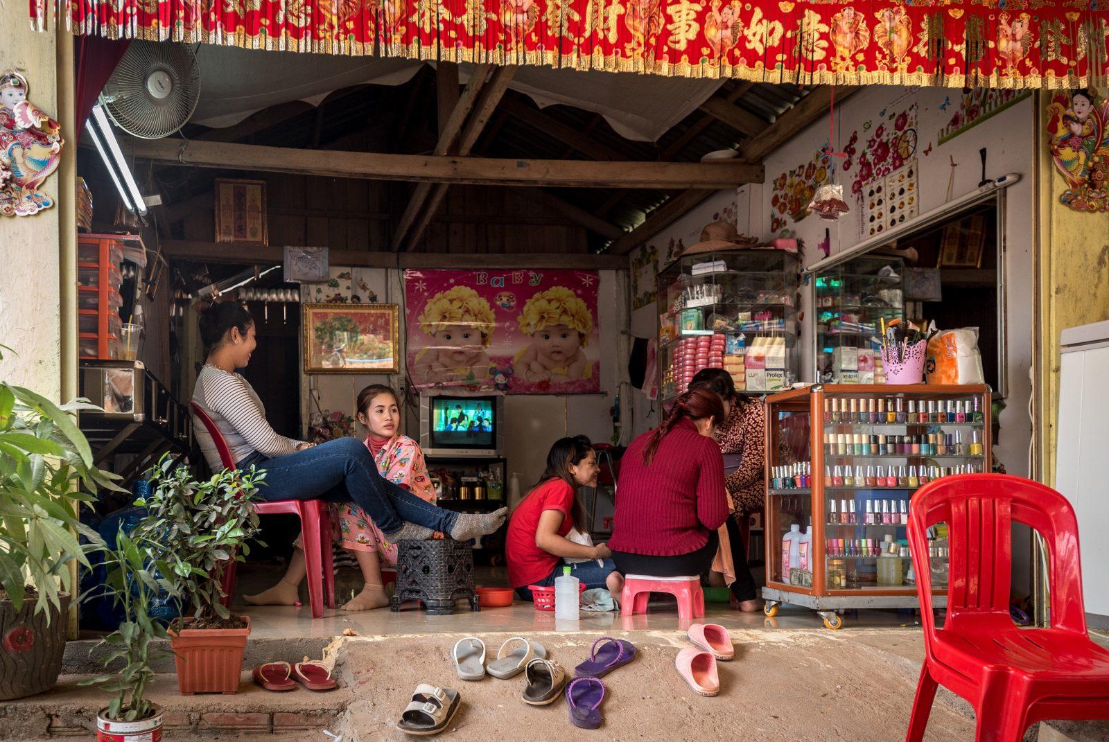 Manicurezaakje-met-Chinese-symbolen-in-Trapeang-Rung