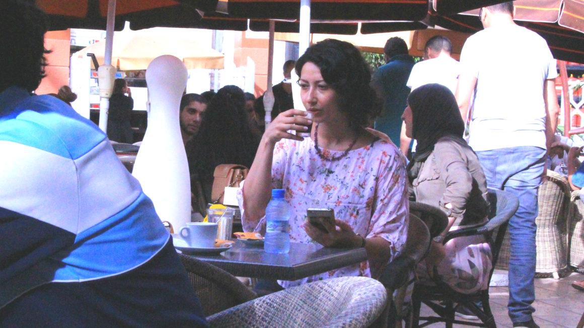 Safaa-drinkt-koffie