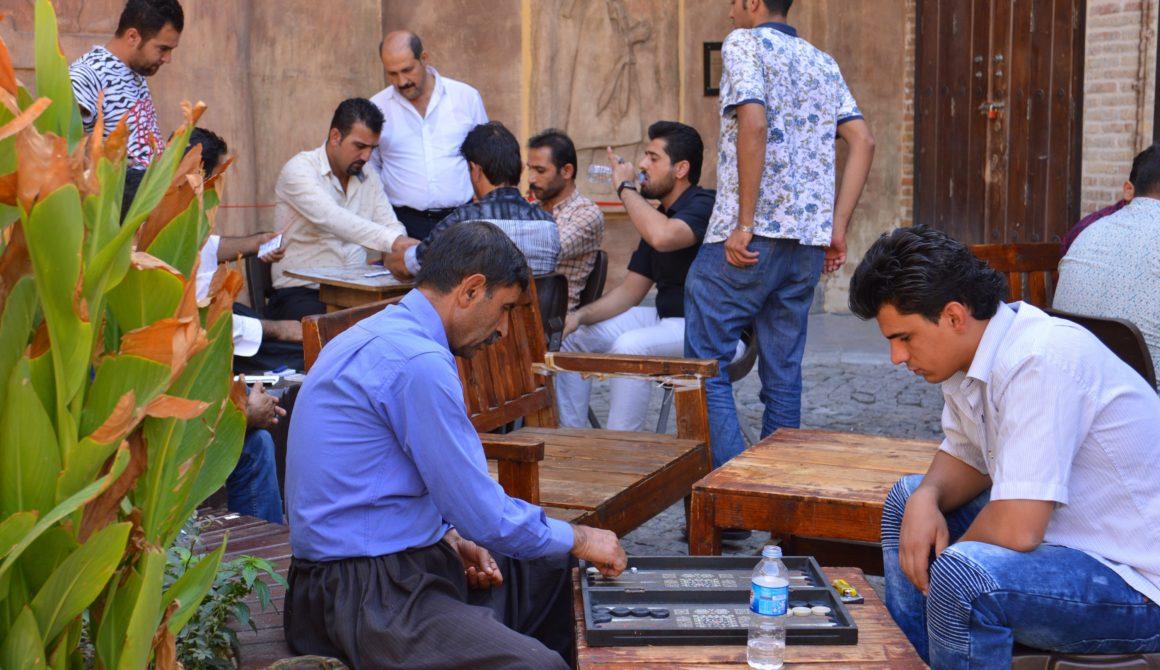 Mannen-spelen-tawle-in-een-theehuis-in-Slemani1
