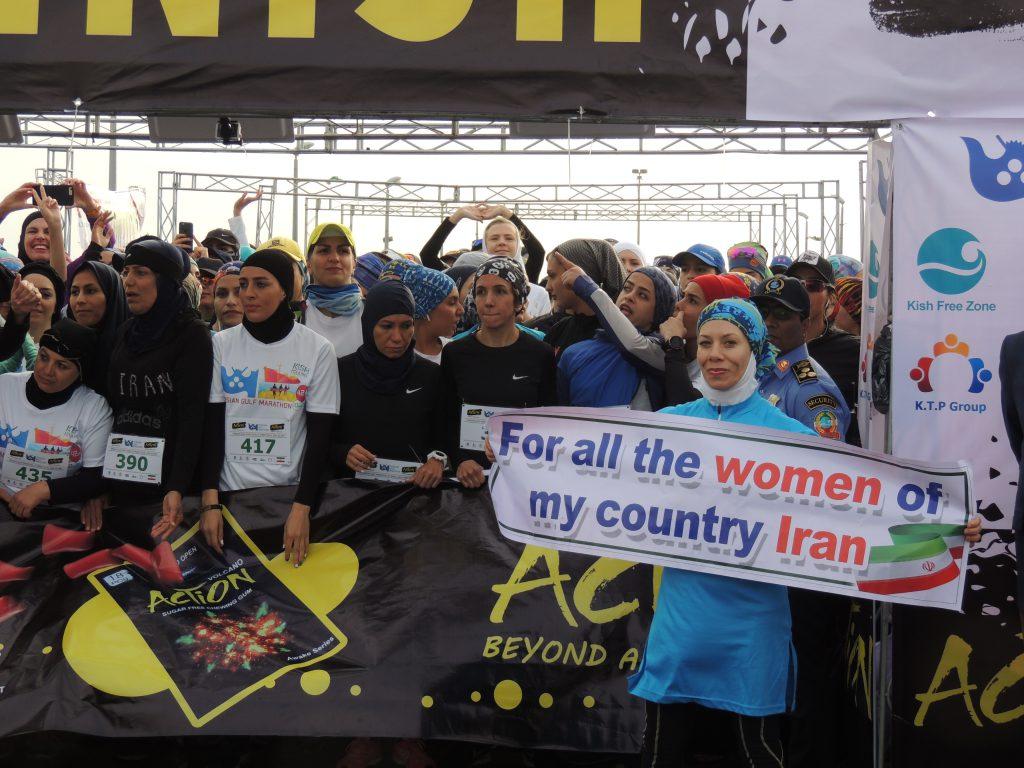 Vrouwen aan de start van de Persian Gulf Marathon (2)