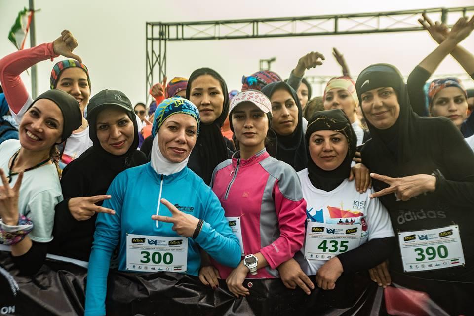 Vrouwen aan de start van de Persian Gulf Marathon