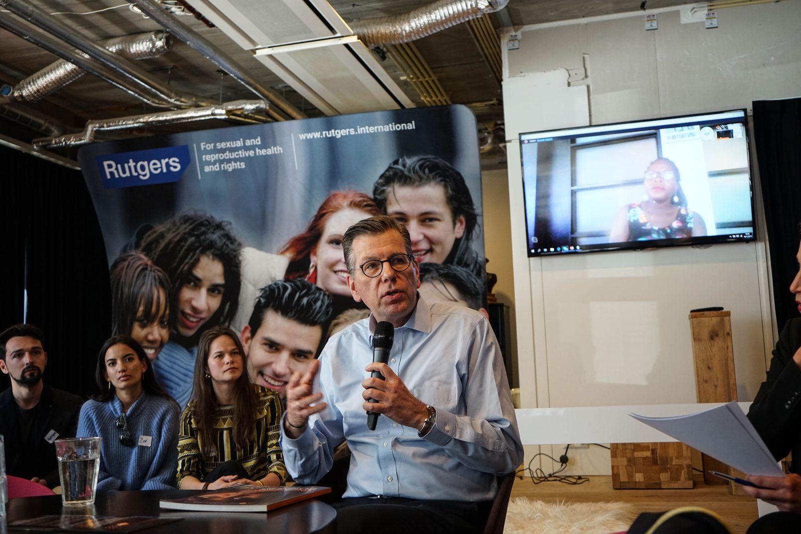 Arthur Erken spreekt bij de lancering van het nieuwe Wereldbevolkingsrapport