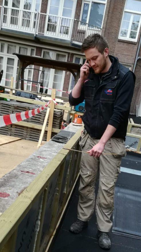 Jacco Meering overlegt met een collega op een bouwproject in Amsterdam