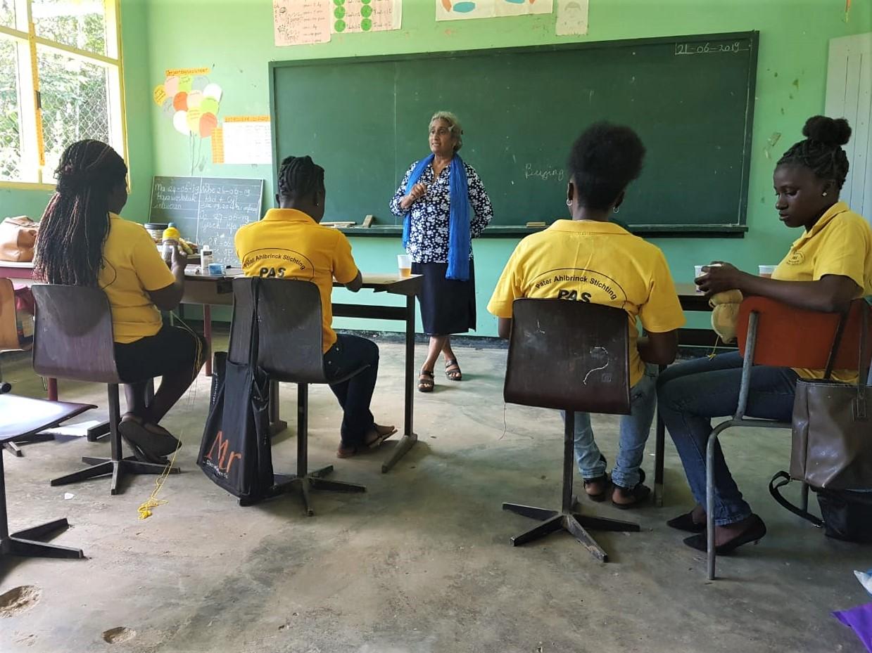 Fatma-Hulsman-spreekt-de-leerlingen-van-de-crechepeuteropleiding-toe