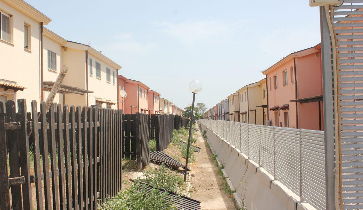 Verlaten huizen CaARA di Mineo